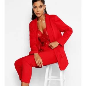Beställde hem denna blazern och ett par matchande röda byxor från boohoo men båda två är för stora för mig 😭 Blazern köptes för 504kr men jag säljer den för 150kr! Kostymbyxorna köptes för 360kr och de säljer jag för 120kr! Kan skicka fler bilder i DM om någon är intresserad!!