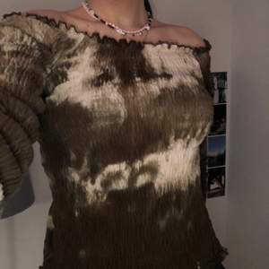 söt off shoulder topp med coolt mönster i bruna och vita nyanser. Säljer för 150 och kan mötas upp i Malmö eller frakta💕