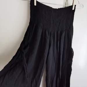 svarta tunna byxor med haremstyle, bred risår i midjan och fickor med snörning på sidorna, raka ben. dm för fler bilder etc💞       🎂frakt ingår
