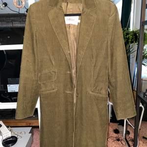 Suuuper snygg jacka från InWear, använd en gång. Den är mörkgrön, svårt att få bra bild på färgen🤪 kan mötas i sthlm annars står köparen för frakt!💕✨