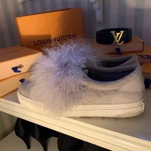 """Ett par grå/lila """"fluff"""" slipon skor. Bekväma, det är dun på, sparsamt använda. Älskar dom men får dom inte till användning så mycket :/"""