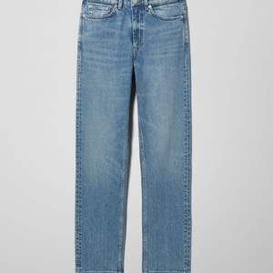 """Säljer nu ett par weekday jeans som jag köpte i Malmö för några månader sen. Aldrig använda därav priset. Jeansen är i modellen """"Chase"""". Kan tänka mig gå ner i pris lite 🤍"""