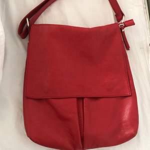 Säljer denna goding till ett bra pris, buda gärna ✨✌🏼 det är min mammas gamla handväska som är köpt från nått okänt märke