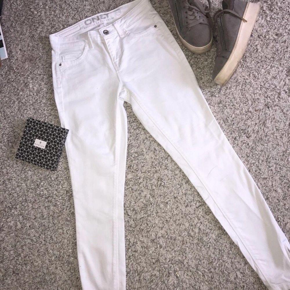 Vita skinny jeans med dragkedja vid byx änden. Köpta på ONLY. Storlek 26/32. Använda en gång. Bakfickor riktiga och framfickorna fake.. Jeans & Byxor.