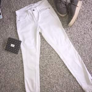 Vita skinny jeans med dragkedja vid byx änden. Köpta på ONLY. Storlek 26/32. Använda en gång. Bakfickor riktiga och framfickorna fake.