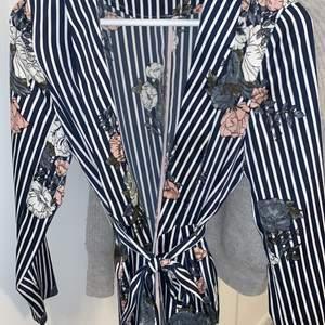 Säljer en siden jacka i storlek 34. Knappt använd. Passar sjukt bra till ett par vita byxor. Köparen står för frakten