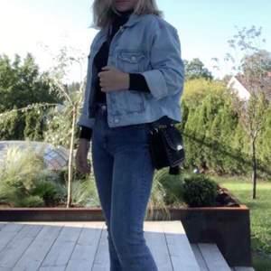 Blå jeansjacka i storlek s från ginatricot. Den är på bilden uppvikt i armarna men det går att vika ut dom också till normallängd. Säljer för 120kr exklusive frakt.