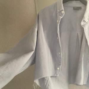 Avklippt manchesterskjorta från asos herr i väldigt oversize modell med långa ärmar. Har knappt kommit till användning o säljes därför. Spårbar frakt 49kr