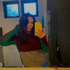 Så häftig stickad tröja från COS i alpacaull! Köpt secondhand i Stockholm och är i använt men fint skick. Kan både frakta och mötas upp!❤️