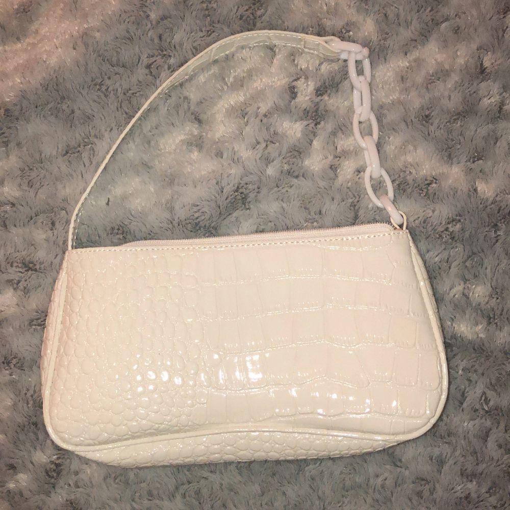 Jättensygg väska, vit med krokodilmönstee. Aldrig använd så i nyskick!🤩 köparen står för frakt!. Accessoarer.