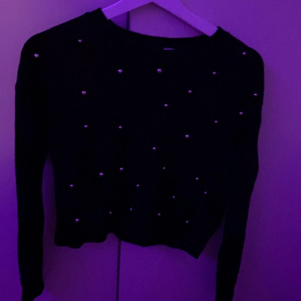 Pärltröja i storlek XS från H&M bra skick, den har bara ruttnat i garderoben, ingen användning av den:). Tröjor & Koftor.