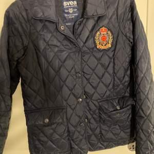Säljer en svea jacka som är nästan helt ny i mörkblå färg.💙
