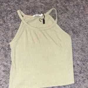 Säljer fint linne från nakd passar perfekt till fest men även till en enkel outfit som är basic, aldrig använd