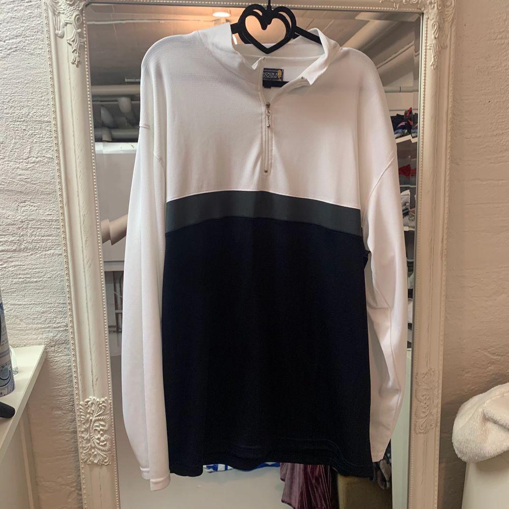 tränings tröja men snygg att ha med en vanlig outfit också! använd fåtal gånger men i ny skick, köparen står för frakten . Tröjor & Koftor.
