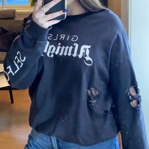 Svart tröja från Gina tricot med hål i (köptes med hål). Mitt pris är 50kr + eventuellt frakt. Pris kan diskuteras.