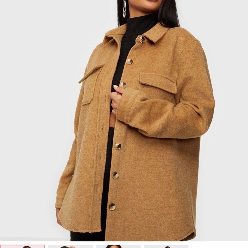 Populär Jacka köpt på Nelly. Storlek 36, säljer då jag köpte en annan jacka så denna blev aldrig använd. skicket = ny!. Jackor.