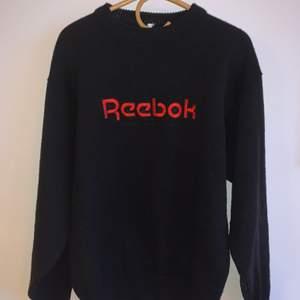 Supersnygg svart vintage stickad Reebok sweatshirt! Varm men inte stickig och perfekt till vintern! Den är vintage men är i perfekt skick. Ingen klar storleksbeskrivning, men ungefär storlek M. Den har en luftig, stor och snygg passform men är liten när nere så att den sitter fett snyggt!!
