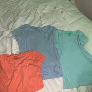 Fyra Ralph lauren tröjor! Alla kan jag sälja för 120 STYCK, förutom den orangea som jag klippt av till en magtröja själv med en sax ,så kan ge 80 kr för den! Frakt: 30 kr! Ändats frakt!