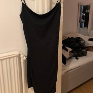 Fin svart klänning med slits från bikbok, aldrig använd så den är i jätte bra skick. Skönt material och normal i storleken. Köpt för ca 3 månader sen
