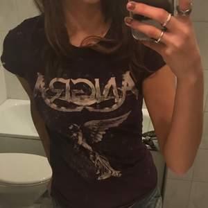 Vintage tight T-shirt, passar skit bra till lågmidjade jeans! Köpare står för frakt💕