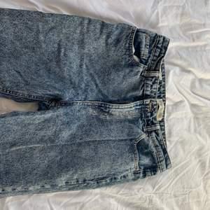 Nu säljer jag jättefina blåa mom jeans från bershka. Högmidjade jeans i en mörkare färg. Jättefina men använder inte längre. Storlek 38❤️