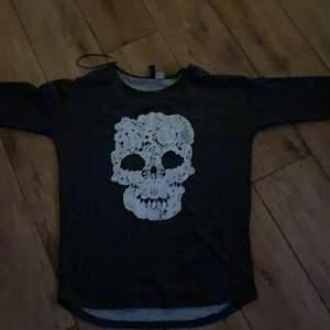 En mysig goth tröja med en fin döskalle i mitten.