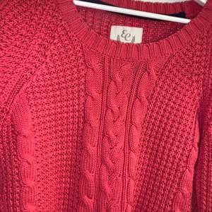 En rosa stickad tröja som är i jättefint skick. Kommer tyvärr aldrig till användning.