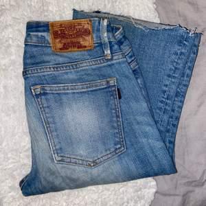 Säljer dessa snygga bootcut jeans från crocker! Det är egengjorda hål och slits💕