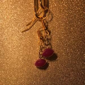 Små minimalistiska handgjorda lila pärlörhängen