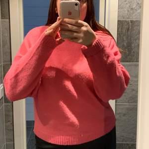 Säljer denna rosa stickade tröja i storlek M, säljer för 80kr+frakt 🥰