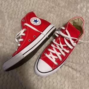 Säljer mina nästan nya converse skor. Storlek 39, använda en gång. 400kr + 63kr frakt eller mötas i sandviken.