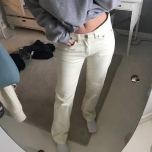 Säljer dessa lågmidjade jeans från arket, storlek 27 å passar på mig som är 168 cm lång! Har vanligtvis 36 i jeans! Frakt 66kr
