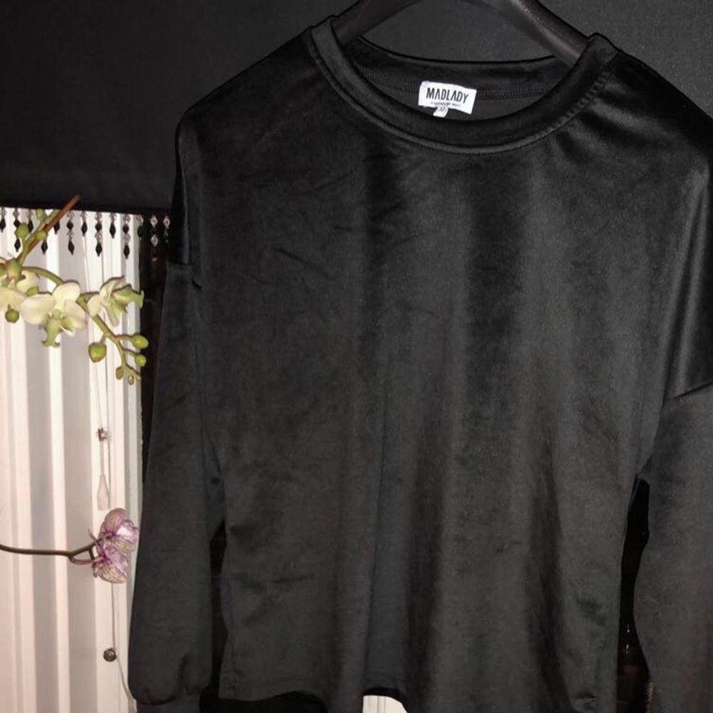 Mysig tröja från madlady, knappt använd så i skick som ny. Storlek M men det sitter oversized på mig som har S. I polyester, köparen står för frakten💕. Tröjor & Koftor.