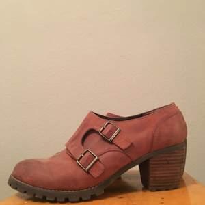 Jättefina skor passar storlek 39.  Närapå oanvända och fin kvalitet, sitter supersnyggt på.  Kommer från Scorette. Troligen läder, riktigt kap.  Stor garderobsrensning kolla gärna in mina andra annonser. Lycka till med budgivningen!