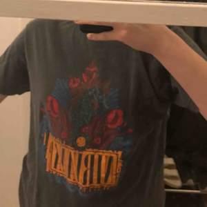 RIKTIIIIGT fet nirvana tröja från Urban outfitters köpte för 400 så riktigt bra pris. Köpare står för frakt ca 40kr