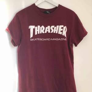 Äkta T-shirt från thrasher som nästan aldrig är använd. Därför i väldigt bra skick. Köparen står för frakten!