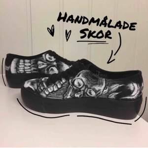 Storlek 37 i fint skick. Handmålade med textil pennor. Tipsar ändå att vara försiktiga med skorna så dom håller längre. Prutat och klart. Frakten kommer på 90kr extra.