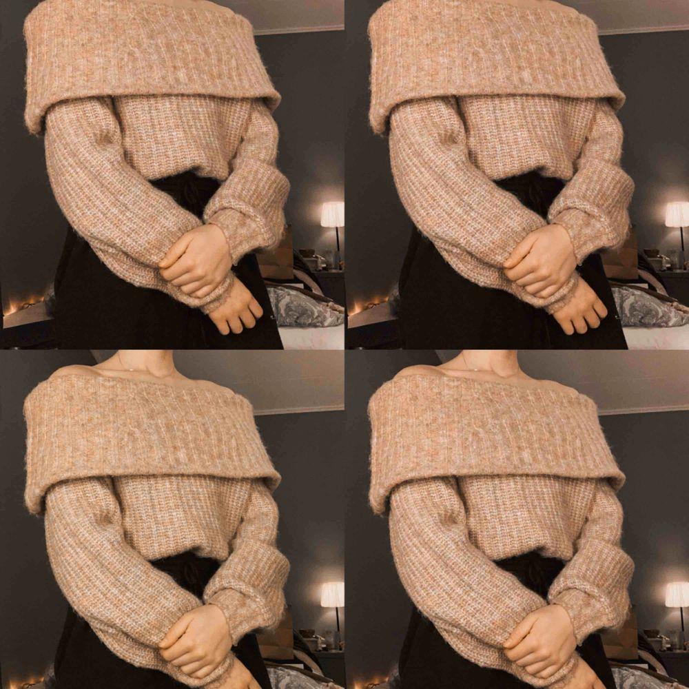 Söt off-shoulder tröja. Galet fin nude-rosa färg💕  använd max 5 ggr! Köpare står för ev frakt. Kan mötas upp i Uppsala🌸. Stickat.