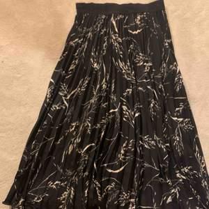 Superfin kjol som slutar under knäna, passar dig med storlek 36. Frakt tillkommer!