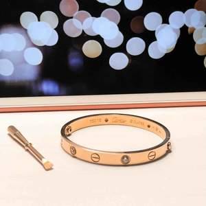 """Cartier love bangle bracelet replika, i storlek 16. Skulle säga att den passar en smalare vrist. Oanvänd, endast testad men var tyvärr för liten. Extremt fint armband i rosé guld med """"diamanter"""".  Ej omöjlig om priset"""
