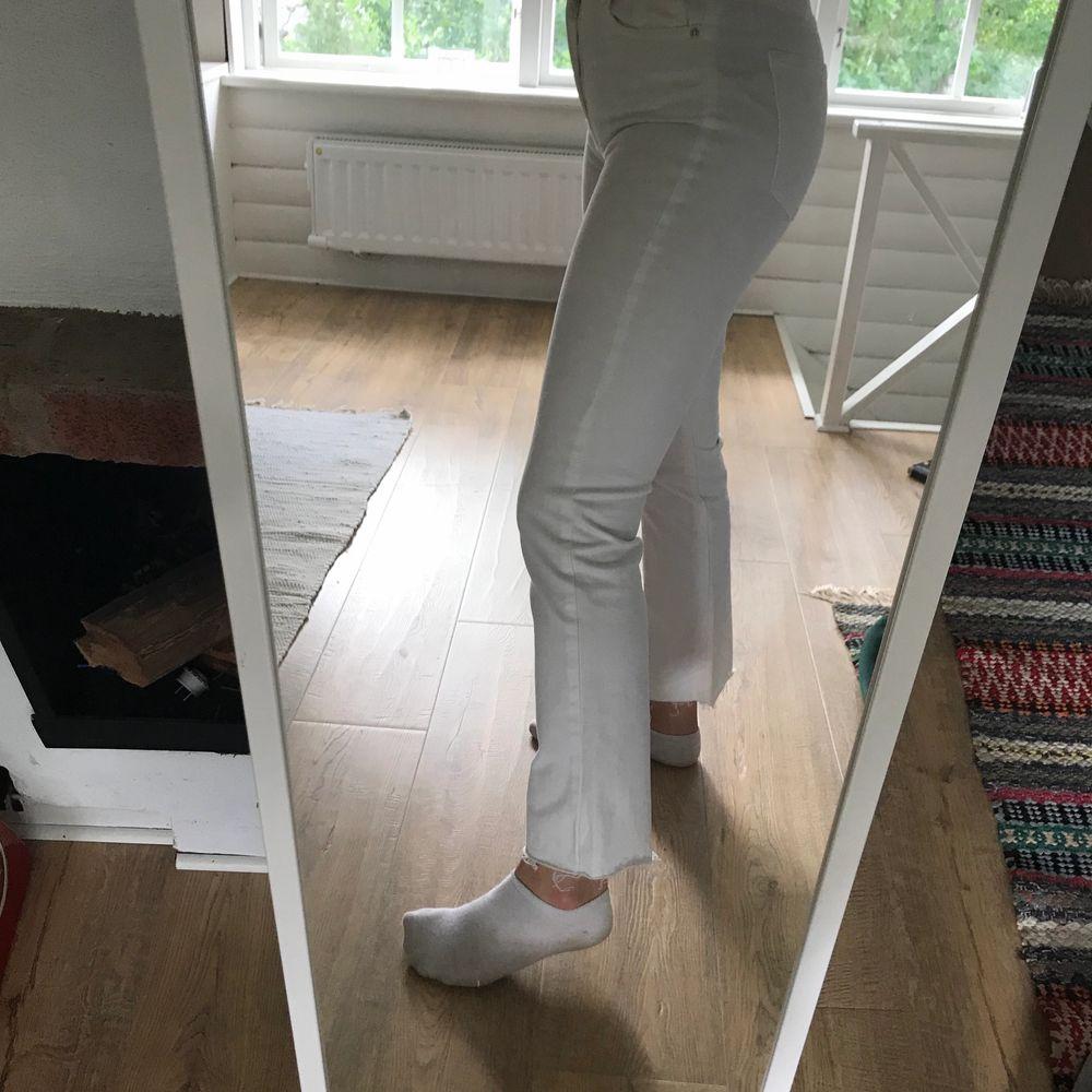 Supersnygga vita Jeans från Ginatricot som tyvärr är lite för små för mig. Var lite väl optimistisk när jag köpte dem haha! Använda max 2 ggr. Du står själv för frakt. 😊. Jeans & Byxor.