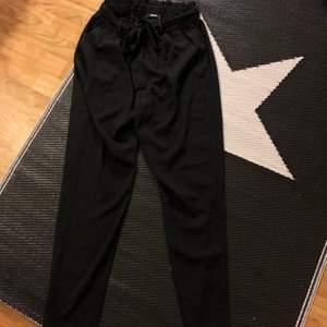 Fina kostym byxor från bikbok i färgen svart och storleken XS/S