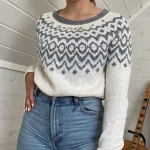 Mysig stickad hollister sweatshirt köpt för några år sedan. Den har ljusblå och ljusgrå detaljer med diamanter. Pris kan diskuteras.
