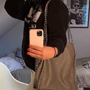 Tiamo väska i nyskick! Perfekt nu till skolstarten fall man vill ha en fin och enkel handväska <3 Nypris : 550kr                                 Mitt pris : 245 + 88kr frakt !