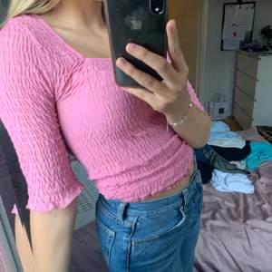 Rosa modern urringad tröja. Knappt använd i storlek xs, men passar även s! Frakt tillkommer🥰