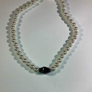 Välj inga eller flera stenar:) vitt pärlhalsband där du kan välja mellan flera stenar😊✌️ kan även välja längd om du vill!