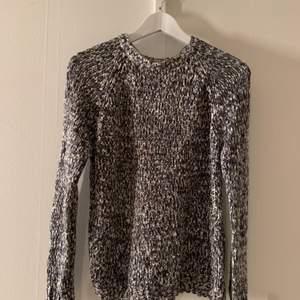 Grå stickad tröja från Kappahl 🤍 liten fläck (bild 2) men inget som syns tydligt! frakt tillkommer