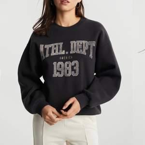 Säljer denna super snygga svarta sweatshirten från Gina, säljer pga kommer inte till användning:/ använd endast 1 gång så som i nyskick, buda i kommentarerna. Högsta bud: 170+frakt! Buda alltid med minst 20kr högre🤍  ❌frakt ingår ej i det du budar❌