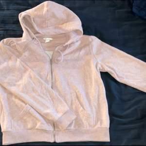 Jättefin rosa kofta från H&M. Storlek M. Om man köper denna och minst tre andra grejer från min sida står jag för frakten 🤩