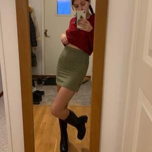 En väldigt snygg 90-tals kjol! Fodret i kjolen har gått upp i sömmen (se tredje bilden) men det är inget som syns! Det är nog ganska enkelt att sy igen också! Står ingen storlek men uppskattar till en S🤎